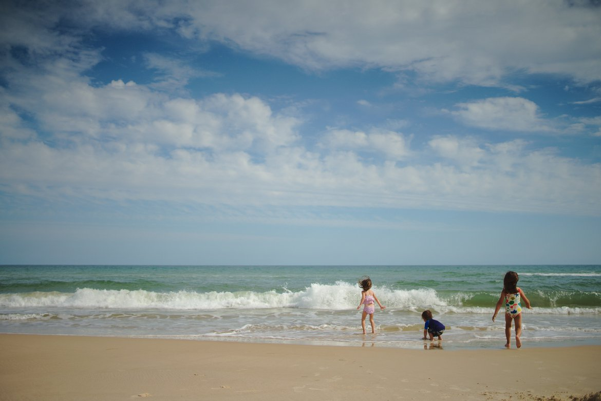 kids playing at beach photographed by luxagraf