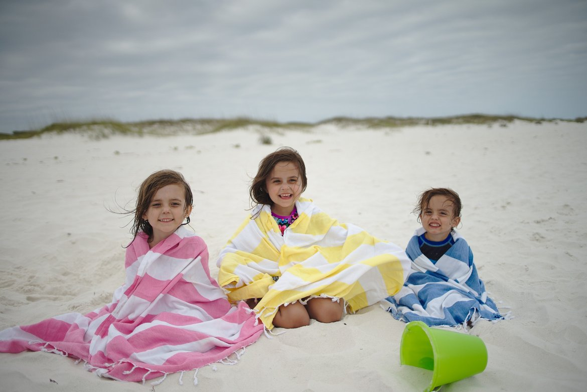 kids wrapped in beach towels photographed by luxagraf