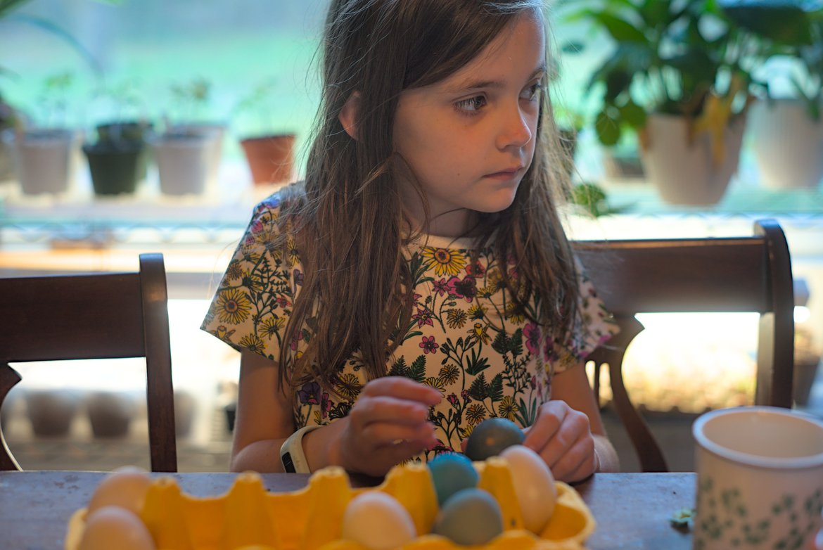 girl peeling eggs photographed by luxagraf
